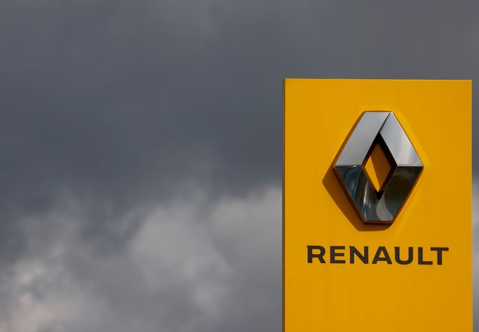 Donkere wolken boven het logo van Renault aan de fabriek in Nantes.