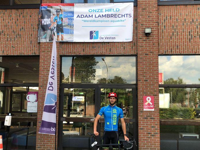 Aan de gevel van Campus De Vesten verscheen een grootse banner ter ere van Wereldkampioen Adam Lambrechts