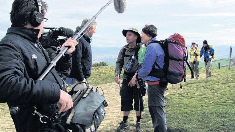 RKK-presentator Wilfred Kemp interviewt pelgrims op de bekende weg naar Santiago de Compostella. Beeld