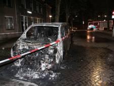Bestelauto gaat in vlammen op in Klarendal, brandstichting niet uitgesloten
