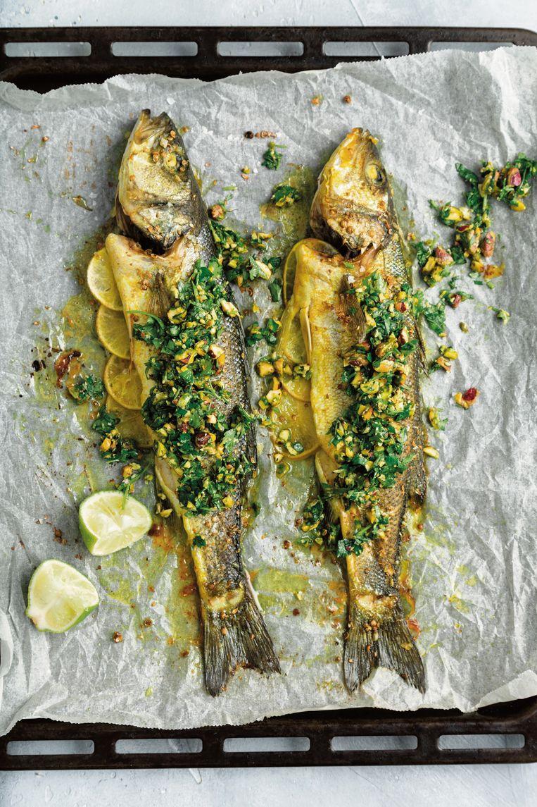 Zeebaars met pistache-kruidensalsa. Beeld