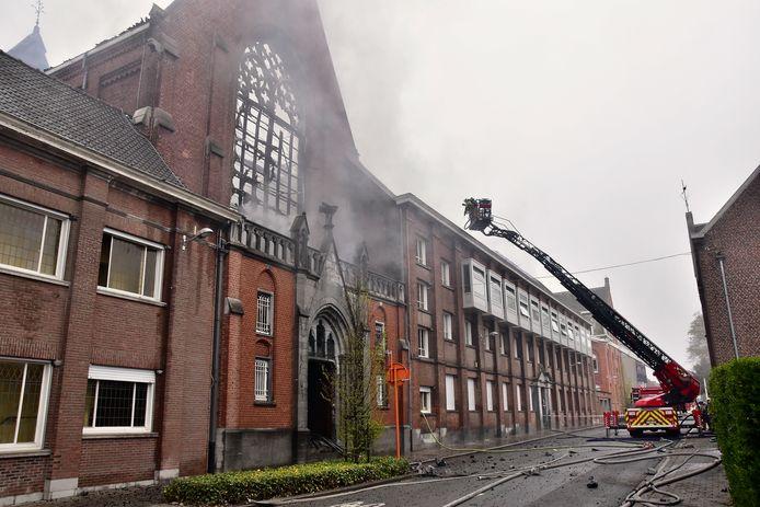 Vooraanzicht op de getroffen kapel aan de school Spes Nostra in Heule, met rechts de kamers van de 21 kloosterzusters.