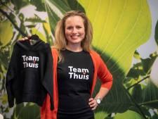 Hoodies en T-shirts van Holtense Kristel dragen slogan #teamthuis van Hugo de Jonge
