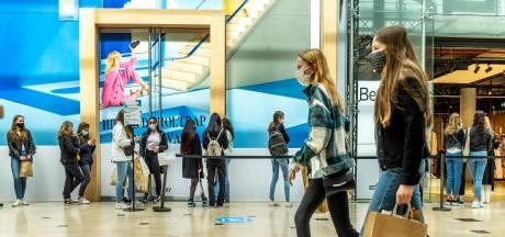 Van Utrecht tot Veenendaal: Efteling-achtige taferelen in de overdekte winkelcentra, rijen van soms wel drie kwartier