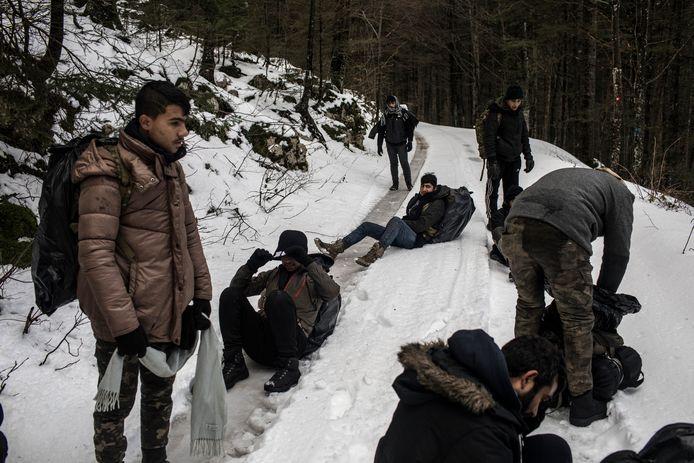 Migranten pauzeren bij de grens tussen Kroatië en Bosnië en Herzegovina, een levensgevaarlijk gebied vol oude mijnen.