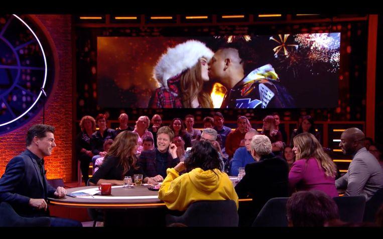 Een zoenende Famke Louise en Ronnie Flex op het beeldscherm bij RTL Late Night. Beeld