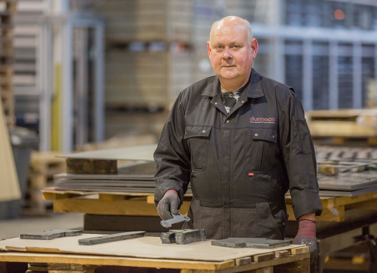 Kok Richard Burgmeijer werkt tijdelijk bij plaatbewerkingsbedrijf Dumaco in 's-Gravenpolder.