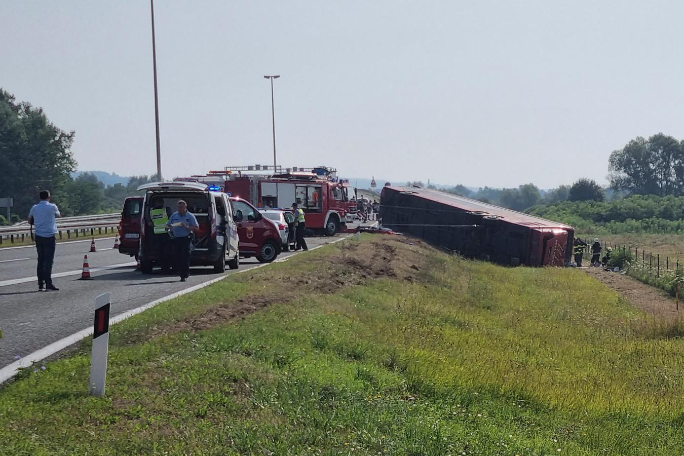Hulpdiensten aan het werk op de plaats van het busongeluk in de buurt van Slavonski Brod.