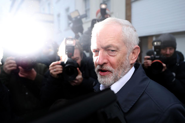 Labour-leider Jeremy Corby bij het verlaten van zijn huis in januari van dit jaar. Beeld AFP