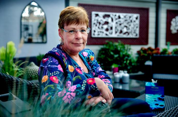 Rita Cornegge (59) bundelde haar blogs over het leven met kanker tot het boek 'Ontwortelen'.