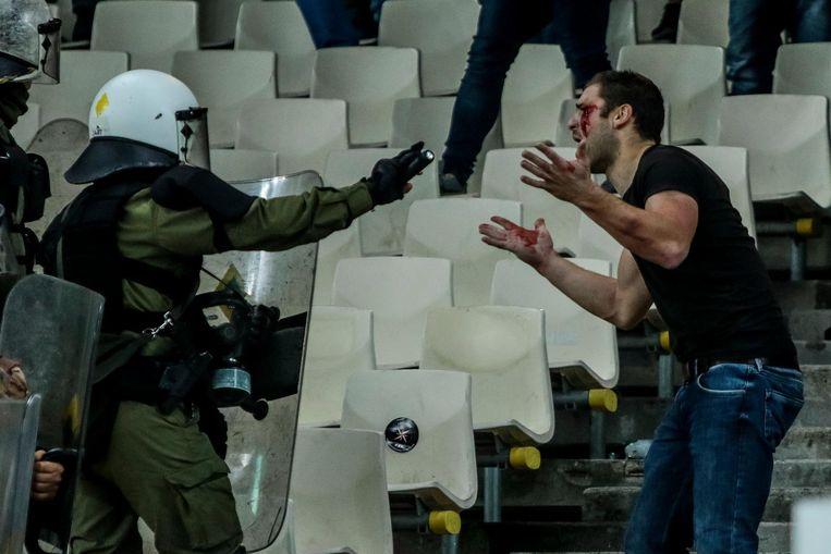Confrontatie tussen Ajaxfans en de Griekse politie in het olympisch stadion van Athene. Beeld ANP