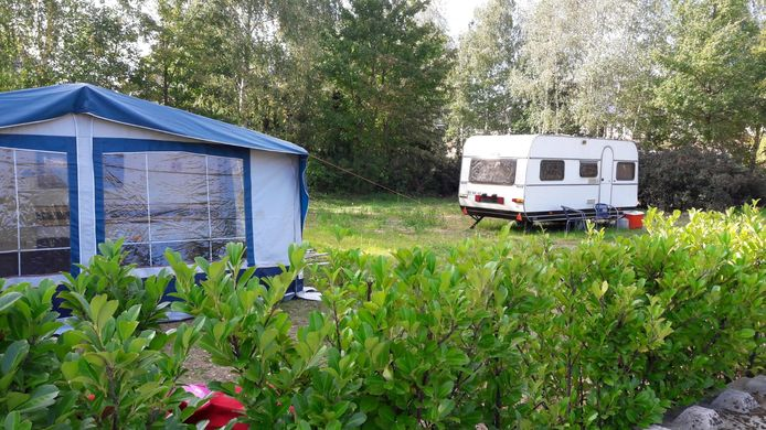 De caravans mogen in ieder geval nog even blijven staan op de 'gekraakte'plekken op het kampje in Heesch.