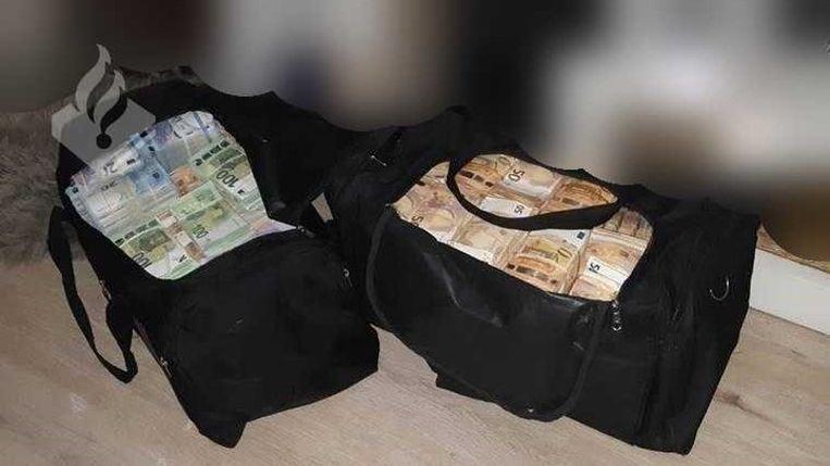 De twee aangetroffen sporttassen vol geld. Beeld POLITIE