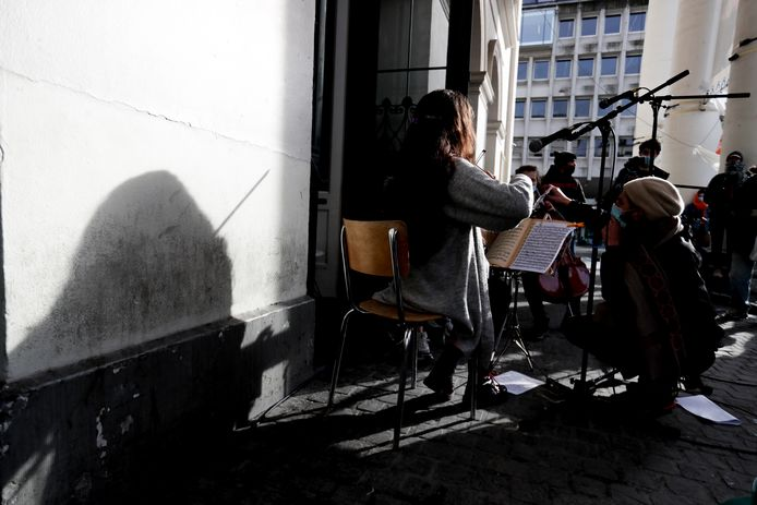 Leden van het symfonieorkest van De Munt in Brussel namen begin april buiten deel aan de protestactie Still Standing For Culture.