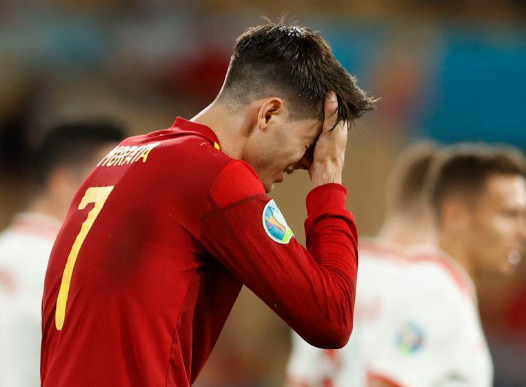 Alvaro Morata heeft een zoveelste kans gemist tegen Polen. 'Hij mag geen minuut meer bij de nationale ploeg spelen.' Beeld Pool via REUTERS
