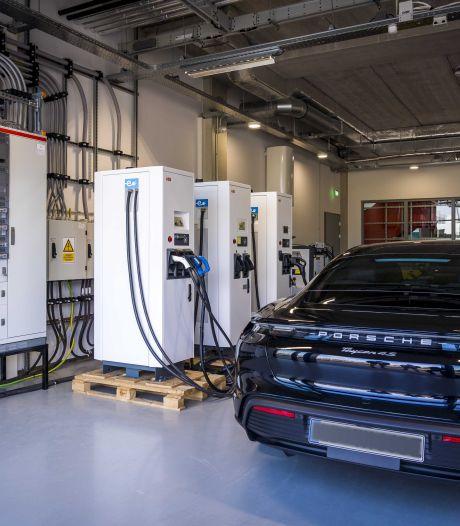 Op een lege tank kan ook een elektische auto niet rijden, daarom is investeren in laadpalen nodig