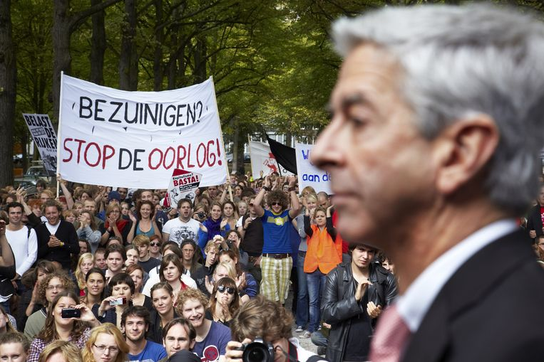 Plasterk met studenten in Den Haag. Beeld Martijn Beekman / de Volkskrant