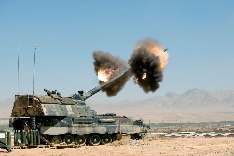 Een pantserhouwitser van vuurt vanaf Kamp Holland in Uruzgan op vijandelijke stellingen in Chora, provincie Uruzgan. Beeld Gerben van Es / Defensie