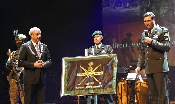 Het Korps Commando Troepen had als cadeau voor het jubileum een plaquette voor Roosendaal en haar inwoners.