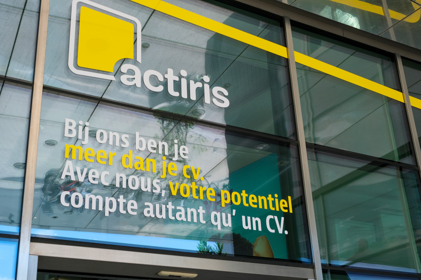 Selon la chaîne de télévision régionale Bx1, Cristina Amboldi, qui devrait être nommée à la tête d'Actiris jeudi par le gouvernement bruxellois, aurait adapté la description de poste pour la fonction à pourvoir, en sa qualité de directrice du cabinet adjointe du ministre Clerfayt.
