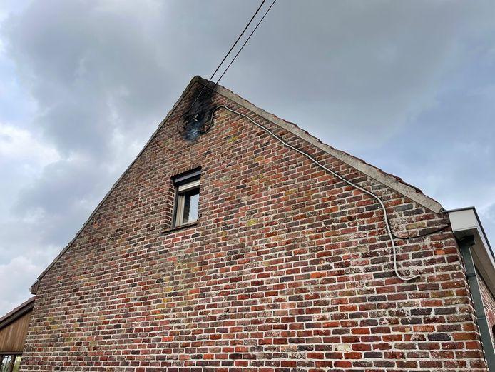 De top van de zijgevel van een woning in Poperinge raakte zwartgeblakerd door een blikseminslag tijdens een onweer.