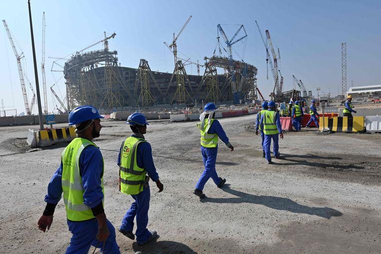 De bouw van een van de speelstadions voor het WK voetbal, zo'n twintig kilometer buiten Doha in Qatar.  Beeld AFP