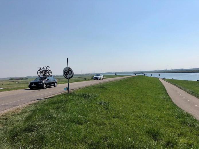 Zicht op de Kanaalweg vanaf de Postbrug. Fietsers worden vanaf dit najaar verplicht om het fietspad langs het kanaal (rechts) te nemen. De Kanaalweg wordt ingericht als 80km-weg.