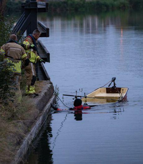 Visser kiept om in Deventer en zwemt in 'fuik': brandweer pakt de schroevendraaier erbij