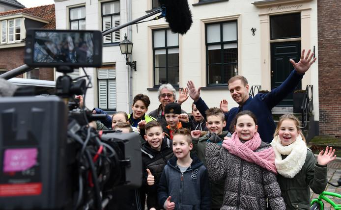 Een onderonsje tussen Armin van Buuren en leerlingen van de Beatrixschool in Buren. De scholieren móesten natuurlijk wel even op de foto met de wereldberoemde dj.