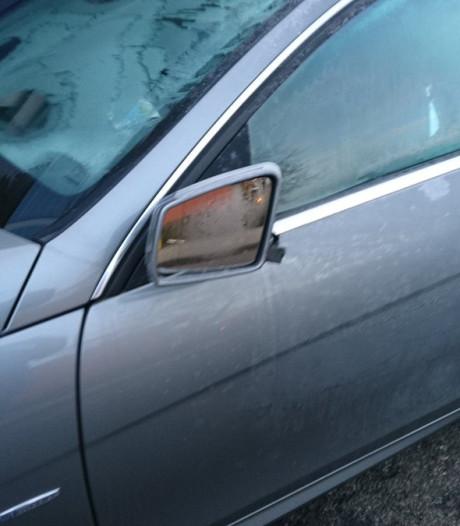 Zeker zes autospiegels vernield aan Perikweg in Enschede