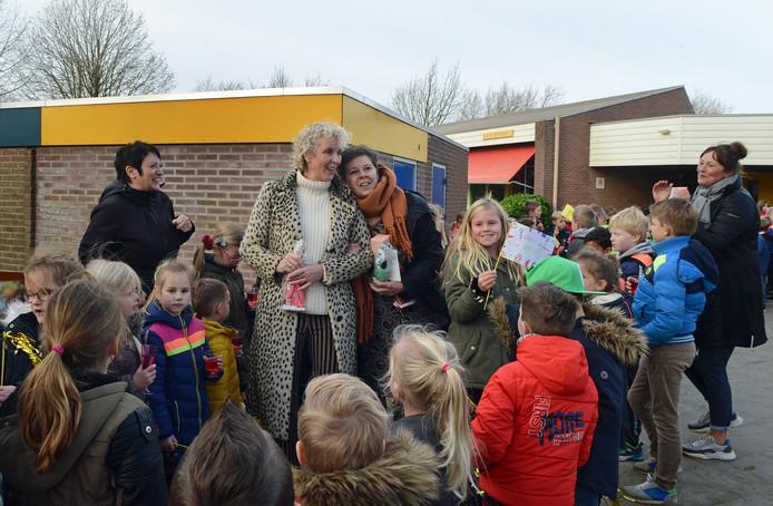 Els de Zeeuw en Yvonne Laport worden binnengehaald door de leerlingen van obs De Meerpaal in Bruinisse. Ze krijgen een dag vol verrassingen gepresenteerd, omdat ze allebei al 40 jaar lang voor de klas staan