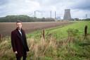 Geertruidenberg - Wethouder Kevin van Oort in de polder met op de achtergrond de Amercentrale.