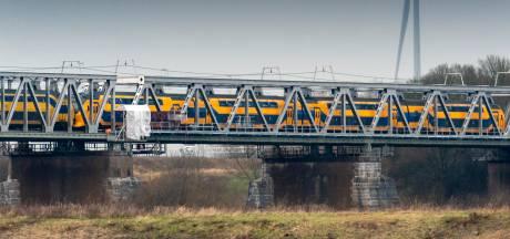 Pad langs de spoorbrug over de Waal bij Zaltbommel groeit 6 meter per dag