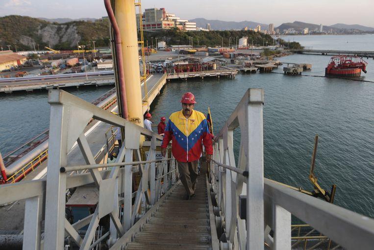 De Venezolaanse president Nicolas Maduro na een ontmoeting met arbeiders in de olie-industrie. Beeld Reuters