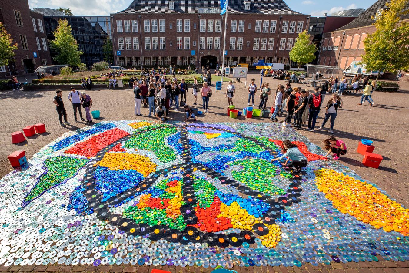Op het plein van het Koning Willem 1 College in Den Bosch werd woensdag een Tapijt voor Vreede gelegd, gemaakt van cd's, lp's en allerhande doppen.