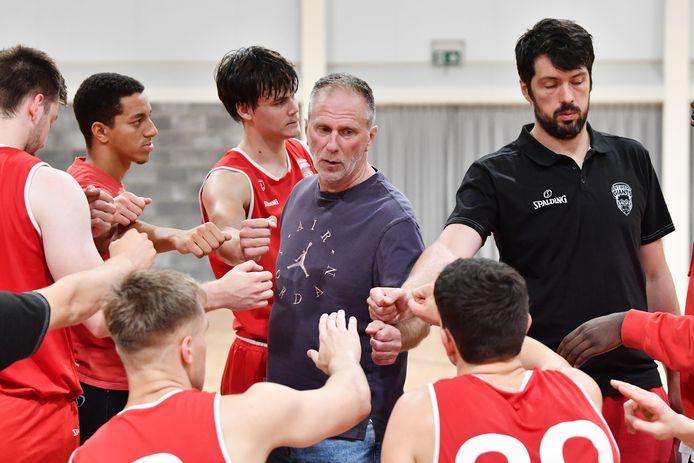 Coach Luc Smout en assistent Kenny De Boeck (r.) spreken tijdens een time-out de spelers toe.