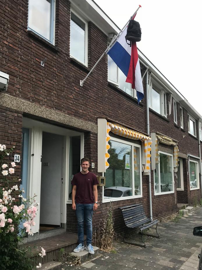 Lukas Bakker uit Gouda is geslaagd voor zijn vwo. 'Gefeliciteerd kanjer. Trots op jou', zegt Esther Bikker daarom.