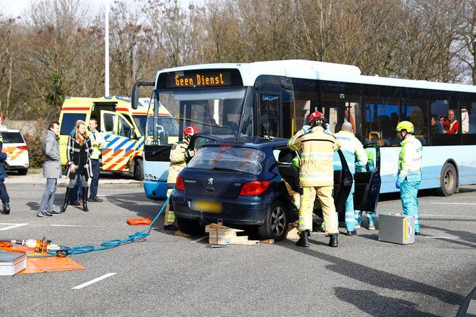 De lijnbus kwam in botsing met een personenwagen