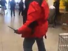 Enschedeër zwaait woedend met een mes in druk Winkelcentrum Zuid: 'Wil je mij uitdagen?'