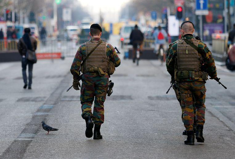 Militairen patrouilleren in de straten van Brussel. Beeld REUTERS