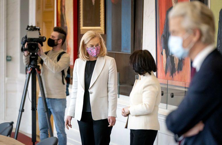 Sigrid Kaag (D66) tijdens een bijeenkomst met Tweede Kamervoorzitter Khadija Arib in de Rooksalon, op de dag na de Tweede Kamerverkiezingen.  Beeld ANP