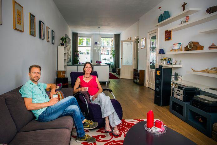 Marianne de Snoo met haar man Danny Hoogewerff in hun woning aan de Mathernesserlaan.