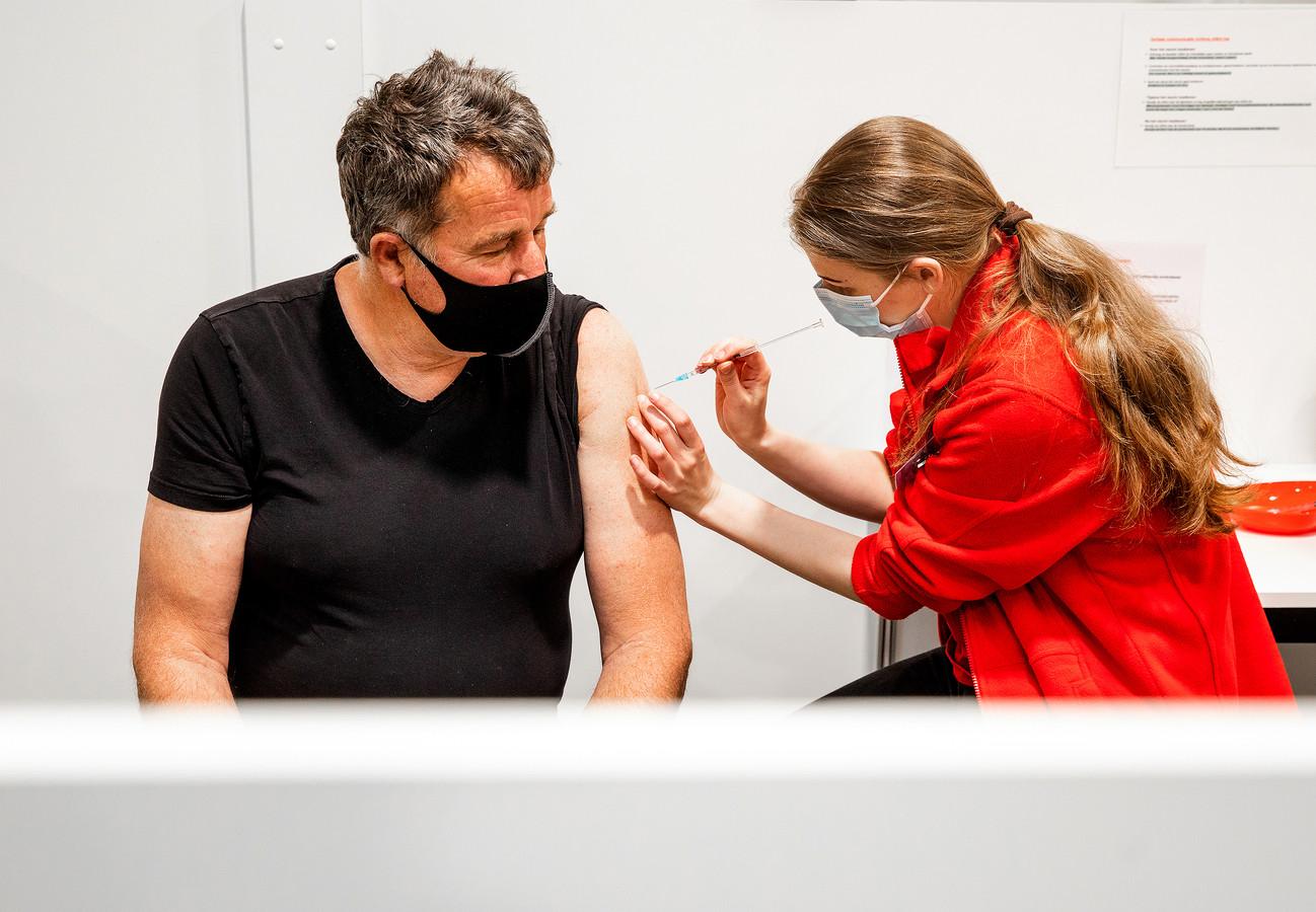 De speciale vaccinatiehal in Maassluis opende verleden week de deuren. Er volgen nog vijf locaties, maar vier andere gaan nooit open.