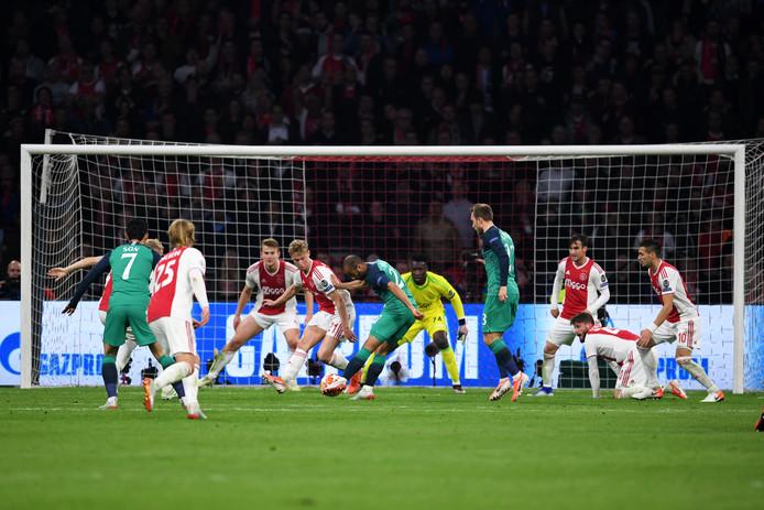 Lucas Moura doet Ajax pijn in Amsterdam.