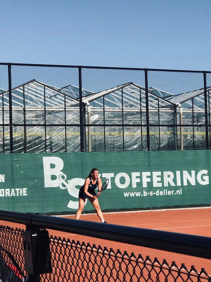 Jennifer van de Pol zoekt tussen het studeren door ontspanning op bij de tennisbaan in De Lier.