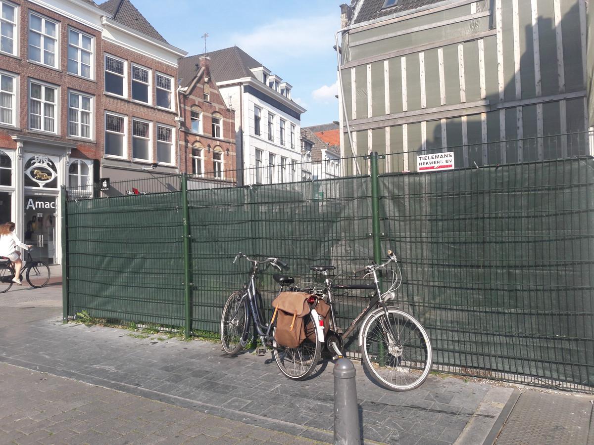 De locatie Markt-Hinthamerstraat waar een Pearle-filiaal is ingestort.