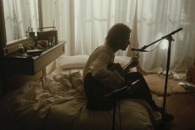 Sam De Nef: 'De film begint in mijn slaapkamer, waar ik vaak gewoon een beetje muziek zit te spelen' Beeld Sam De Nef