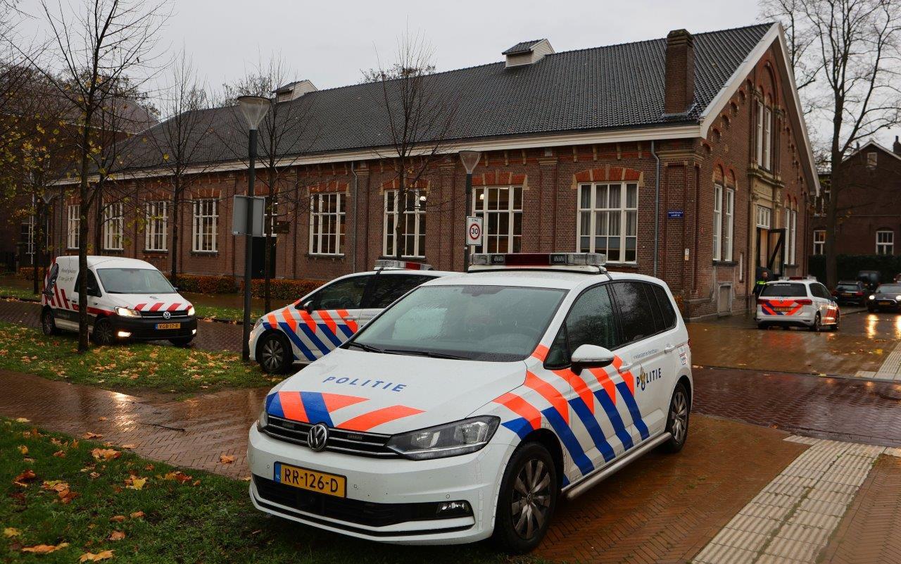 Politie bij veilinghuis Korst van der Hoeff aan de Bossche Hekellaan.