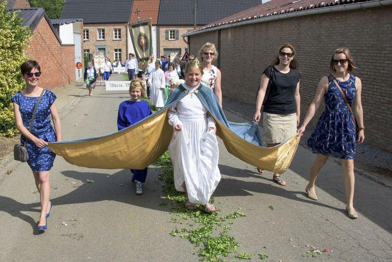 De processie trekt door de straten.
