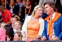 Camiel Eurlings en Tessa Rolink op de tribune bij het WK beachvolleybal in Den Haag in 2015.